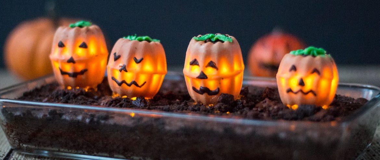 Leuchtende Halloween-Kürbisse